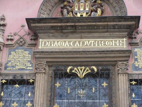 praga-2008052-balcon-de-las-bodas-en-el-ayuntamiento-inscrlatina-plaza-de-la-ciudad-vieja-staromestske-namesti1