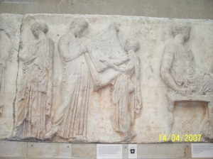 039.El arconte basileus coge el manto de Atenea de un niño